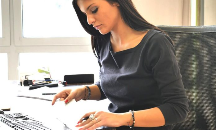 how to become a payroll administrator